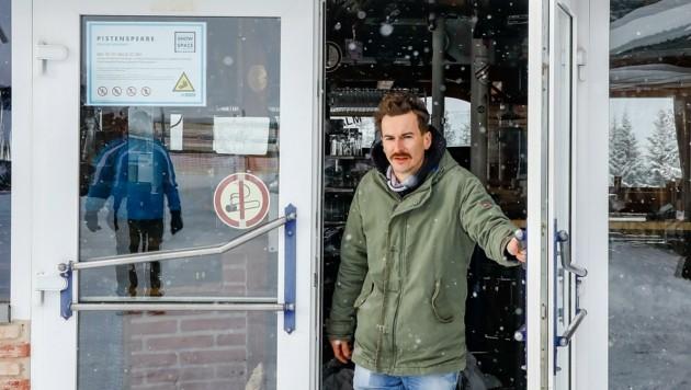 """Die Tür seiner Franzlalm darf Christian Riepler derzeit nur für den """"Krone""""-Fototermin öffnen. Der Verkauf von Speisen ist – selbst zur Abholung weiter verboten. (Bild: Gerhard Schiel)"""