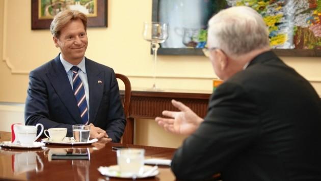"""US-Botschafter Trevor Traina im Gespräche mit """"Krone""""-Außenpolitiker Kurt Seinitz. (Bild: Reinhard Holl)"""