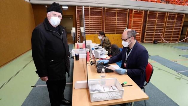 Auch Altbischof Paul Iby stellte sich zum Testen in Eisenstadt an (Bild: Reinhard Judt)
