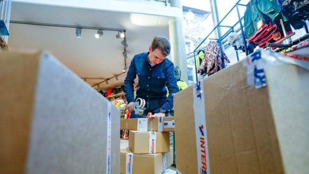 Fabio Kerschbaumer wickelt mit seinen neun Mitarbeitern derzeit hauptsächlich Bestellungen von Einheimischen ab. (Bild: Gerhard Schiel)