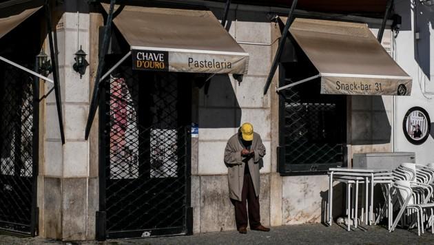 Ein geschlossenes Kaffeehaus in Portugals Hauptstadt Lissabon (Bild: AFP)