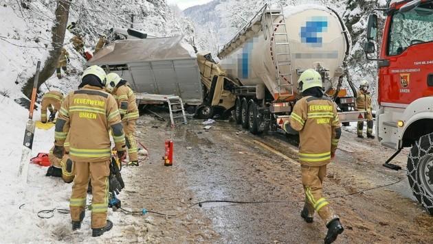 Am Mittwochvormittag kam es zu einem schweren Unfall dreier Schwerlastfahrzeuge auf der B 21 in Schneizlreuth am Bodenberg.