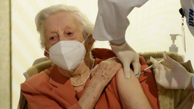 Emilie Repikova hat den Zweiten Weltkrieg überlebt - sie war eine der Ersten, die in Tschechien gegen Covid-19 geimpft wurde.