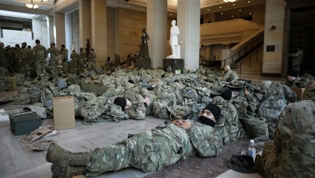Nationalgardisten campieren auf den Fußböden des amerikanischen Parlaments. (Bild: www.viennareport.at)
