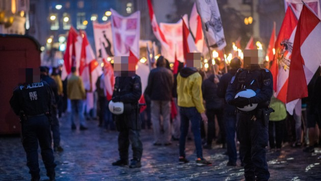 Mitglieder der Identitären Bewegung bei einer Kundgebung in der Wiener Innenstadt. Durch Kontakt mit dem Attentäter von Christchurch hat die Staatsanwaltschaft wegen Terrorverdachts ermittelt. (Bild: APA/EXPA/MICHAEL GRUBER)
