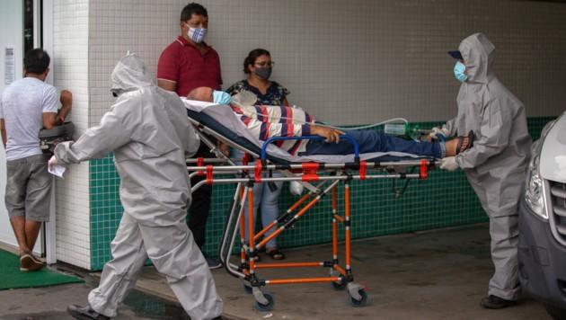 Dieser Patient in Manaus hat Glück - er hat noch einen Platz im Spital bekommen. (Bild: AFP)