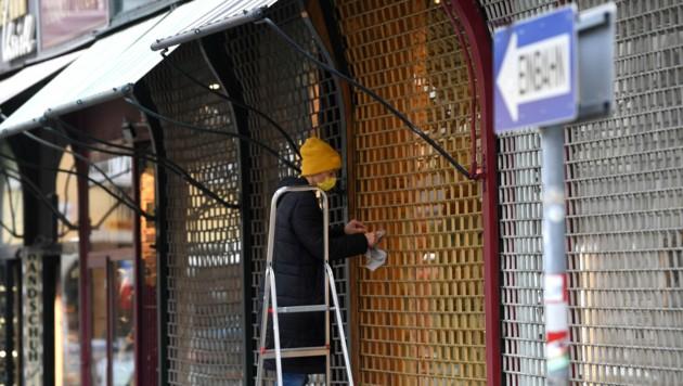 Der Handel könnte die Rolläden vor den Geschäften wohl bald wieder hochziehen - jedoch nur unter strengen Auflagen. (Bild: APA/HELMUT FOHRINGER)