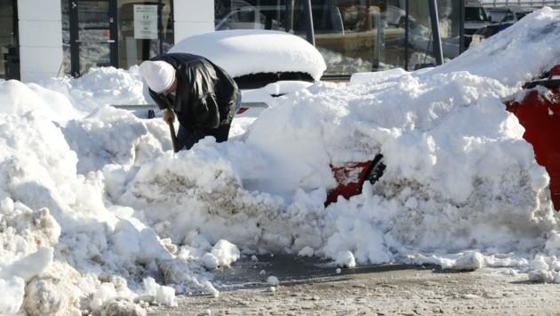 Innsbrucks Autofahrer mussten ihre Fahrzeuge von der weißen Pracht befreien. (Bild: Birbaumer Christof)