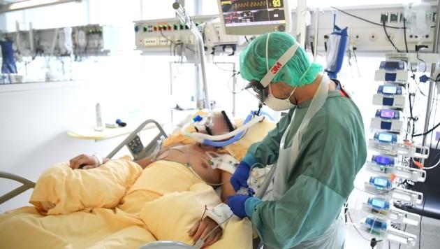 Für die Betreuung von Intensivpatienten ist viel Personal nötig. (Bild: HELMUT FOHRINGER)
