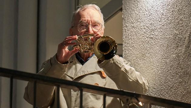 Der 90-jährige Klaus Dannert gibt Trompeten-Konzerte gegen den Corona-Blues. (Bild: Thomas Frey / dpa / picturedesk.com)