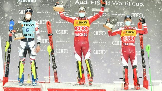 Das Siegerpodest in Flachau: Sieger Manuel Feller (Mitte), Clement Noel (li.), Marco Schwarz (Bild: APA/BARBARA GINDL)