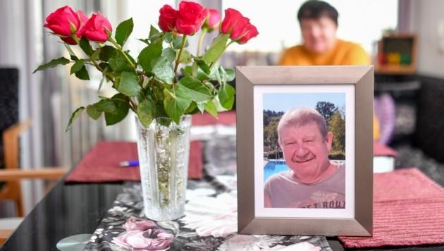 Erna M. (70) hat beim Bild ihres verstorbenen Mannes Peter (66) immer Blumen stehen. (Bild: Dostal Harald)