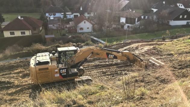 Mit schweren Maschinen wurde der Weingarten gerodet (Bild: Die GRÜNEN Furth)