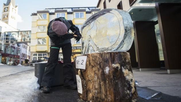 Mit Säge, Meißel und Hammer: Wettbewerb im Eisschnitzen in Bad Hofgastein (Bild: Gasteinertal Tourismus/Marktl Photography)