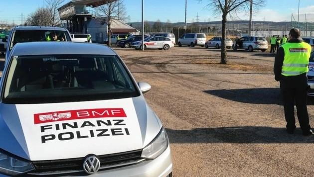 Razzia: Die Finanzpolizei vor der Firmenzentrale bei Wien (Bild: BMF)