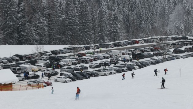 Rund 1000 Autos fasst der große Parkplatz direkt am Skigebiet. (Bild: Tschepp Markus)