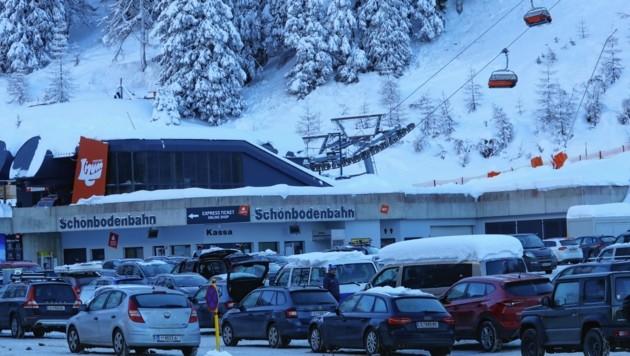 Bei den Innsbruckern beliebt ist die Axamer Lizum. Der Parkplatz war den ganzen Tag voll und leerte sich erst gegen 15 Uhr. (Bild: Christof Birbaumer/ Kronen Zeitung)