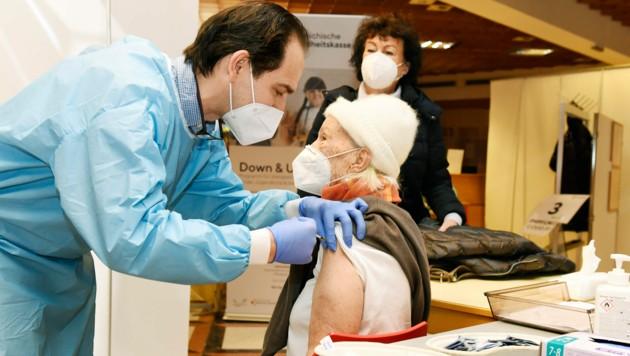 Wenige Wochen nach Impfstart geht in Kärnten bereits der Stoff aus. (Bild: LPD Kärnten/fritzpress)