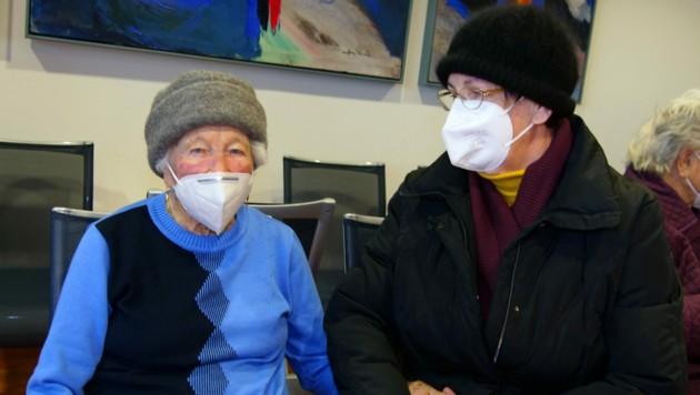 Eine der ältesten Teilnehmerinnen ist Ernestine Pikalo (101) aus Arnoldstein - sie war mit ihrer Tochter bei der Impfung. (Bild: LPD Kärnten/Augstein)