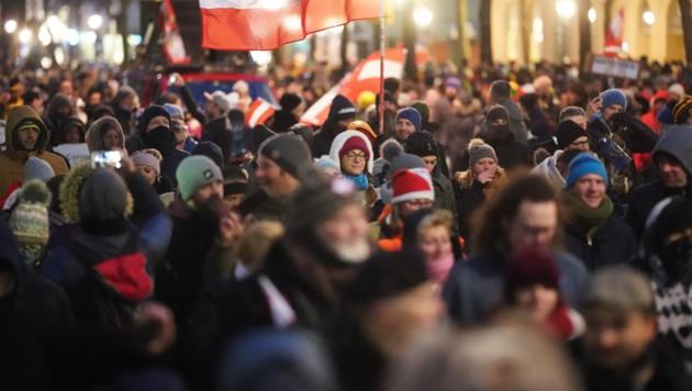 An dieser Corona-Demo am 16. Jänner in Wien nahm der Schuldirektor teil. (Bild: APA/Georg Hochmuth)