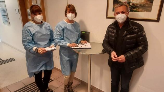 ÖGK-Landeschef Johann Lintner und das Spittaler Impfteam um Sonja Preissl und Sylvia Preimess. (Bild: Fritz Kimeswenger)