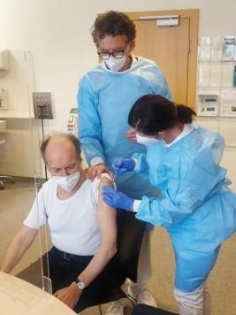 Impfling Walter Kircher mit Dr. Gilbert Kheloufi und Dr. Edeltraud Lenhard. (Bild: Fritz Kimeswenger)