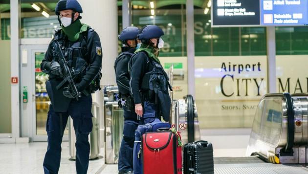 Ein Polizist steht im Terminal 1 des Flughafens Frankfurt neben mehreren Gepäckstücken. Nach einem Zwischenfall wurden umfangreiche Kontrollen durchgeführt. (Bild: APA/dpa/Andreas Arnold)