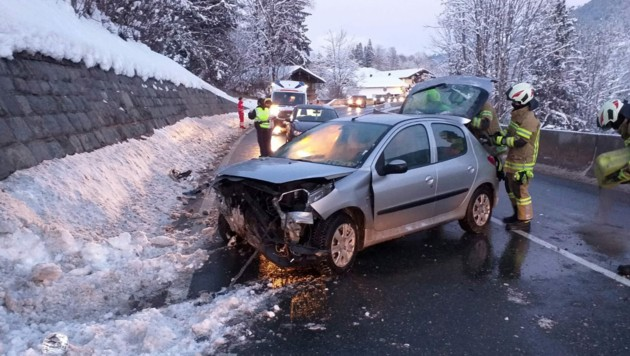 Das Fahrzeug wurde total beschädigt. (Bild: zoom.tirol)