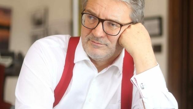 Wiens Gesundheitsstadtrat Peter Hacker (SPÖ) in seinem Büro (Bild: Peter Tomschi )