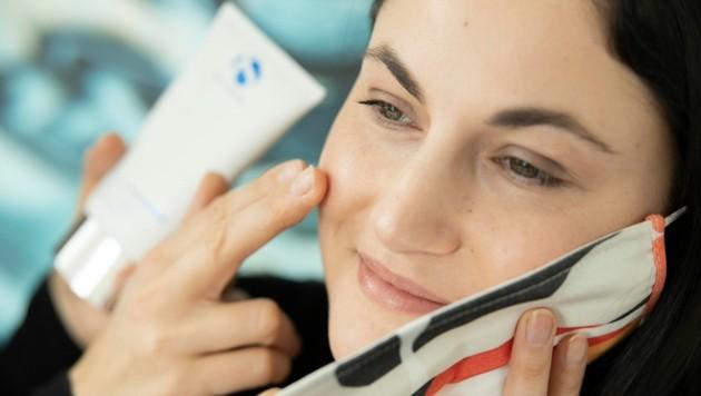 Das ständige Tragen von Mundnasenschutz kann zu Hautproblemen führen. (Bild: Maurice Shourot)