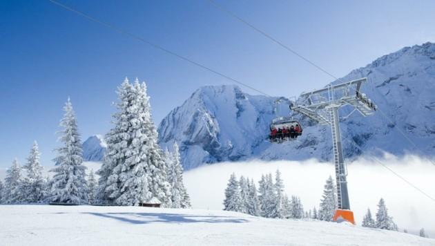Die Ehrwalder Almbahnen auf der schneeweißen Zugspitze im winterlichen Betrieb - heuer ganz ohne Touristen. (Bild: TVB)