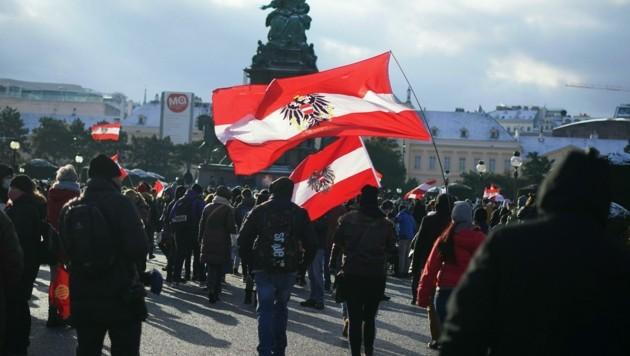 Die Tausenden Demonstranten machten am Samstag auch vor der rot-weiß-roten Ikone Maria Theresia nicht halt. Auch Rechtsextreme marschierten mit. (Bild: APA/GEORG HOCHMUTH)