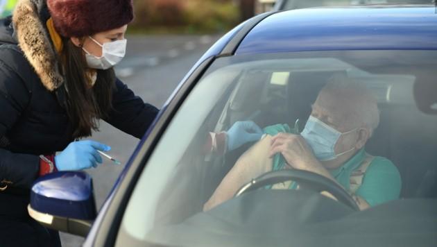 In Großbritannien haben bereits über 50 Prozent der Über-80-Jährigen eine Impfung erhalten. (Bild: AFP )