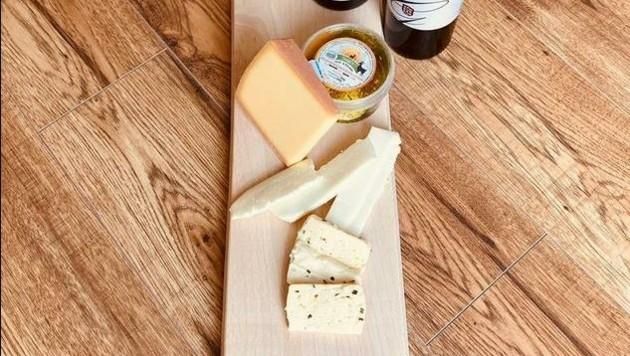 """Das """"Gustokistl"""" kann individuell zusammengestellt oder als Aktionskistl, etwa mit Wein und schmackhaften Käse gefüllt, bestellt werden. (Bild: gustokistl.at)"""