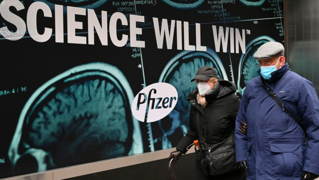 """Pfizer (hier im Bild Passanten vor der Firmenzentrale in New York City zu sehen) ist überzeugt: """"Wissenschaft wird siegen."""" (Bild: APA/AFP/Angela Weiss)"""