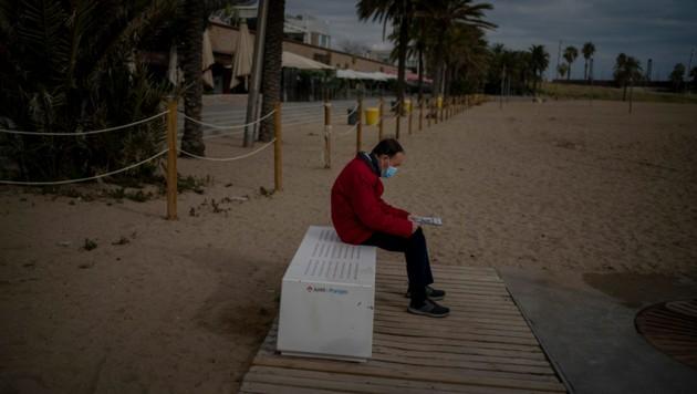 Der Strand und die Promenade von Barcelona sind menschenleer. (Bild: AP)