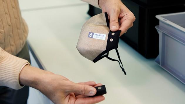 Forschende der Zürcher Hochschule für Angewandte Wissenschaften haben gemeinsam mit dem Schweizer Unternehmen Osmotex eine wiederverwendbare Maske entwickelt, die Viren auf Knopfdruck unschädlich macht. (Bild: ZAHW/Hannes Heinzer)