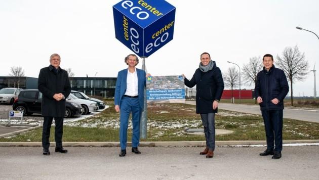 Ecoplus-Aufsichtsrat Hackl und Landesrat Danninger begrüßen Firmenchef Strondl (v. re.). (Bild: Imre Antal)