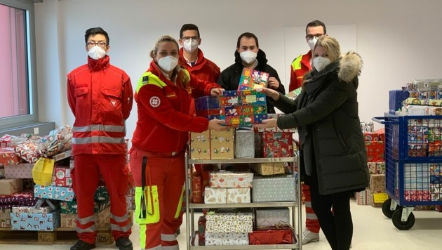 Die JVP spendete zahlreiche Geschenkpakete. Übergabe an den Samariterbund kurz vor Weihnachten. (Bild: Samariterbund)