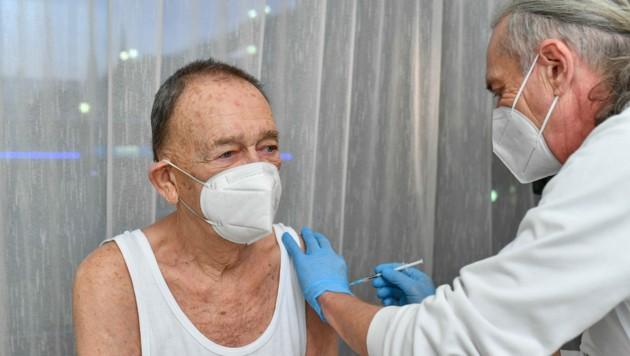 Karl Wagner bekam im Gesundheitsamt im Neuen Rathaus in Linz seine Immunisierung; die Stimmung war recht gut. (Bild: © Harald Dostal)