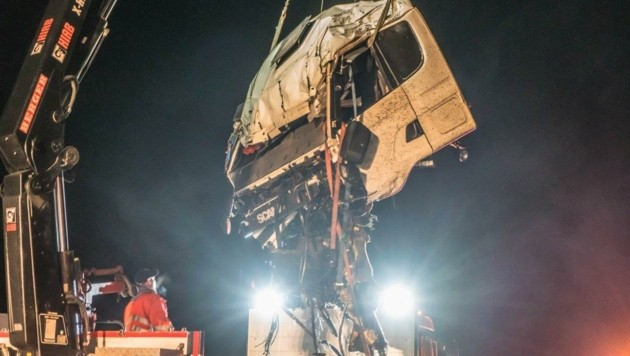Die Fahrerkabine des Lkw wurde geborgen. (Bild: Einsatzdoku.at)