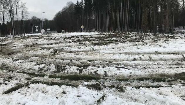 Mitten im Kreisverkehr hinterließen Reifen tiefe Furchen. (Bild: Polizei)