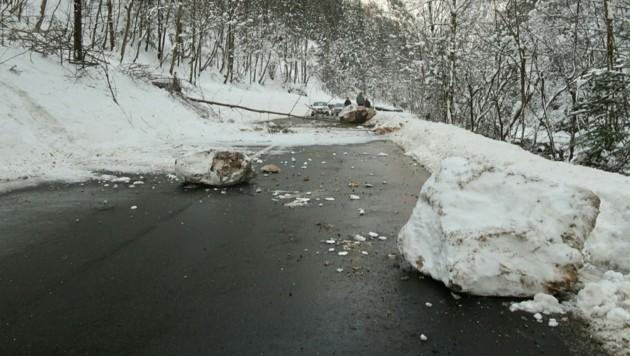 Felsbrocken stürzten auf die L127 (Bild: Ludwig Gottsbacher)