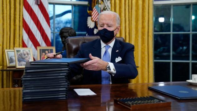 Die Aussetzung ist eine der vielen Amtshandlungen, die Joe Biden gleich zu Beginn seiner Amtszeit umsetzte. (Bild: AP/Evan Vucci)