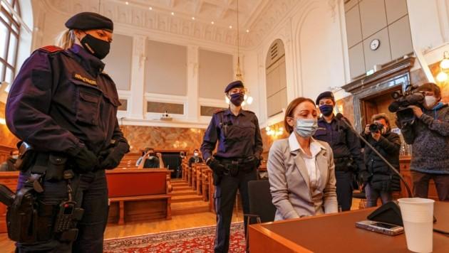 Petronela T. (32) tränenverschmiert im Schwurgerichtssaal des Landesgerichtes Salzburg (Bild: Markus Tschepp)