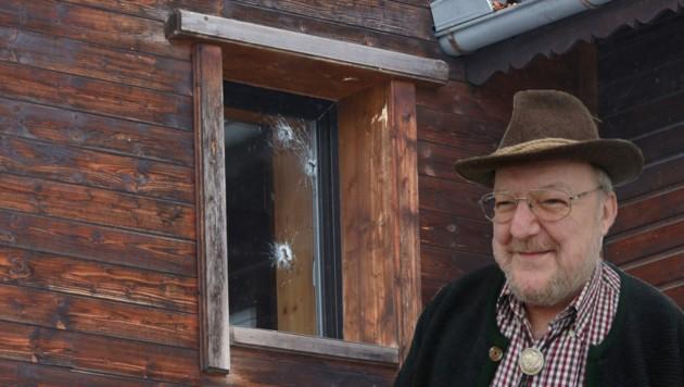 Lacht wieder: Manfred A. (61) aus Haag am Hausruck, der mit Schüssen aus dem Fenster auf seine lebensbedrohliche Lage aufmerksam gemacht hatte (Bild: laumat.at/Matthias Lauber; Heimatmuseum)