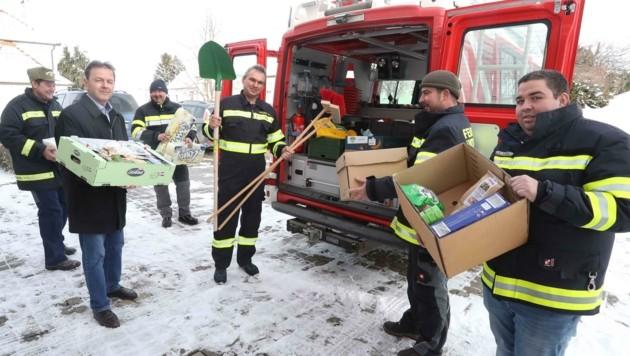 Auch Berlakovich half den Florianis bei den Vorbereitungen (Bild: Judt Reinhard)