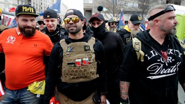 """""""Proud Boys""""-Chef Henry """"Enrique"""" Tarrio (zweiter von links) muss für 155 Tagen ins Gefängnis. (Bild: Associated Press)"""