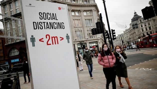 Im schwer betroffenen Großbritannien wird schon seit Monaten zwei Meter Abstand empfohlen. (Bild: AFP)