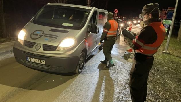 Jedes Fahrzeug wird sowohl in Klingenbach als auch in Sankt Margarethen von Bundesheersoldaten angehalten (Bild: Schulter Christian)